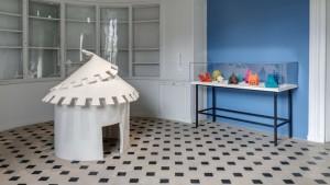 Laure Tixier, Plaid Houses (Hut), 2008, felt, 150 x 150 cm, collection Mudam Luxembourg, 9 maquettes, felt, collection NMWA Washington. Exhibition view  : Women House, photo © La Monnaie de Paris